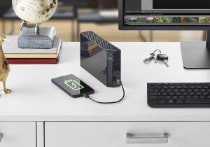 כונן גיבוי חיצוני בנפח גדול, שתי יציאות USB, אפשרות הטענת מכשירים ותוכנת גיבוי ייחודית Seagate Backup Plus Hub